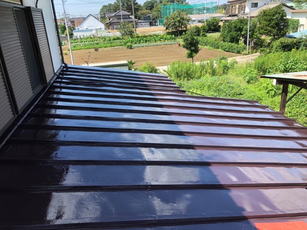 下屋根の上塗り(アクリル樹脂のトタン用塗料)