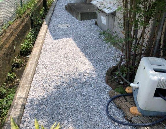 雑草対策に伴う敷石工事 川越市のN様邸にて家廻りの外構工事